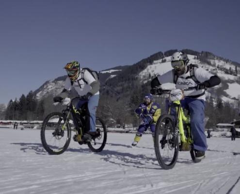 E-BIke Fahrer auf dem gefrorenem Zeller See